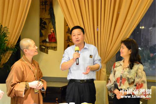 妙慧法師(左)與海南省台辦主任劉耿、海南廣播電視傳媒集團總經理谷曉晶等佛光山的老朋友座談