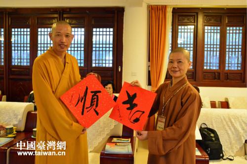 4月12日上午,澄邁永慶寺能昌法師向妙慧法師贈送書法作品