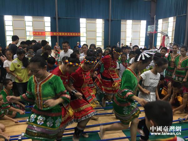 瓊台同學在定安共跳海南黎族傳統舞蹈『竹竿舞』