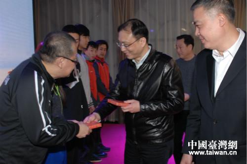 上海市體育局和市台辦領導向臺北運動員贈送紀念品