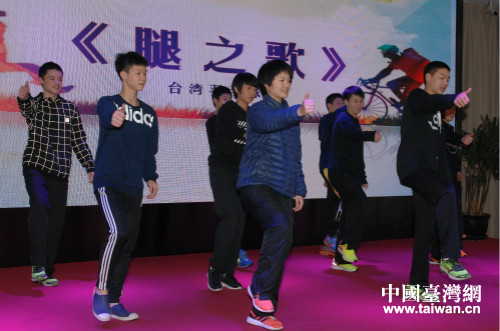 即將返台的臺北羽毛球選手表演了舞蹈《腿之歌》