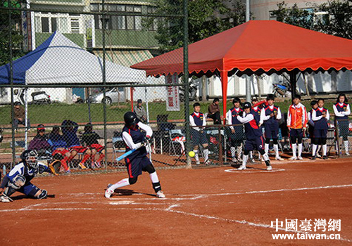 江苏常州北郊中学大包垒球队赴台参加比赛摔跤有个女子怎么办图片