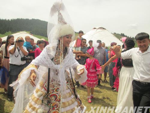 翌日,婚宴开始,新娘身着哈萨克族民族服装,头戴蓝色纱巾,肩披白色