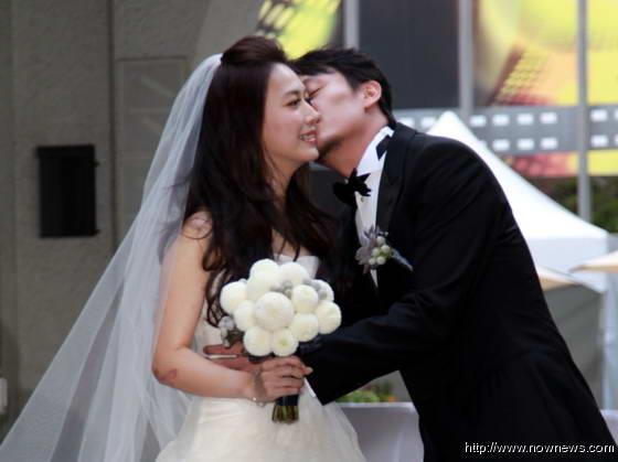 张震大婚亲吻爱妻