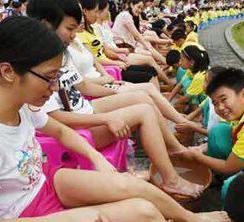 台湾上演万人孝亲集体洗脚大会