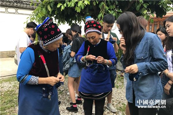 白族阿婆向臺灣學生演示拆線