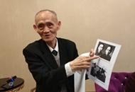 高秉涵向记者展示他和他母亲的合照。_副本_副本_副本.jpg