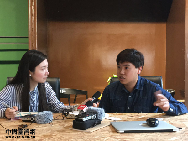 5  台湾青年吕绍园(右)2016年放弃了原本薪水优沃的工作,带着电子商务的梦想来大陆创业。图为接受央广记者李金鑫采访。.jpg
