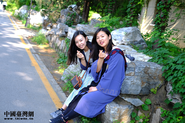 台湾女孩李俞柔(右)在北京大学校园内拍摄她的硕士毕业照.jpg