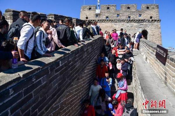 10月6日,国庆假期进入尾声,北京八达岭长城游人依然众多.