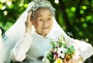 """我来当""""爷爷""""!女孩陪96岁奶奶拍婚纱照,这句话暖哭了!"""