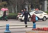 """四川22岁警察牵80岁老婆婆过街 上万人赞""""最暖牵手"""""""