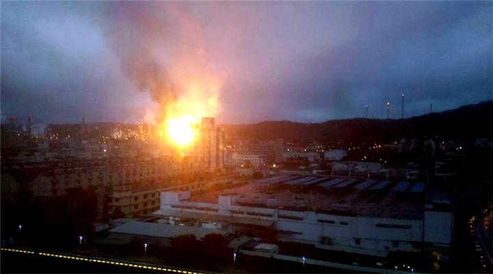 """台湾""""中油""""桃园炼油厂爆炸现场图 巨大火球骇人"""