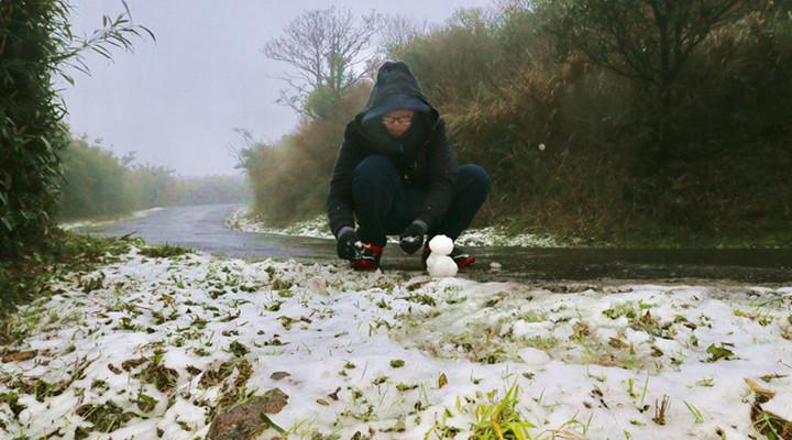 台北下雪 市民堆雪人赏雪景喜大普奔