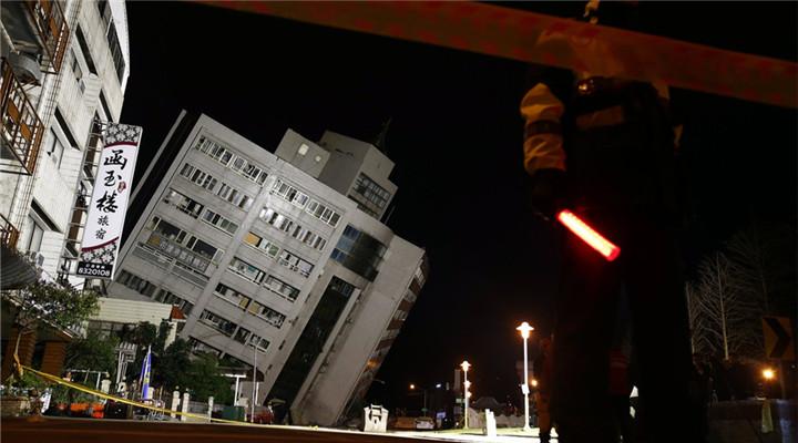 触目惊心!台湾花莲地震道路龟裂多栋大楼倒塌