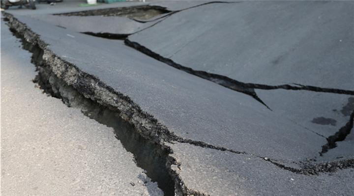 高雄街头路面塌陷 现方圆10米大坑