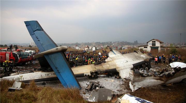 孟加拉国客机在尼泊尔降落起火 机翼折断焦黑