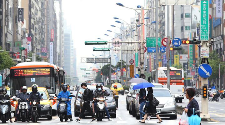 台北雾霾茫茫沙尘重重 民众与101大楼同遮面