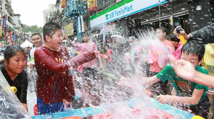 新北泼水节 参与者喜悦表情包让人回忆童年