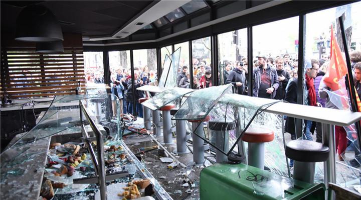 法国巴黎五一骚乱 黑衣蒙面人打砸烧场面混乱