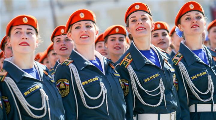 俄罗斯女兵风采动人 自信满满英姿飒爽