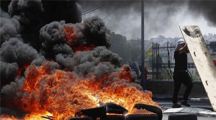 巴勒斯坦民众抗议美国迁馆 现场火光熊熊