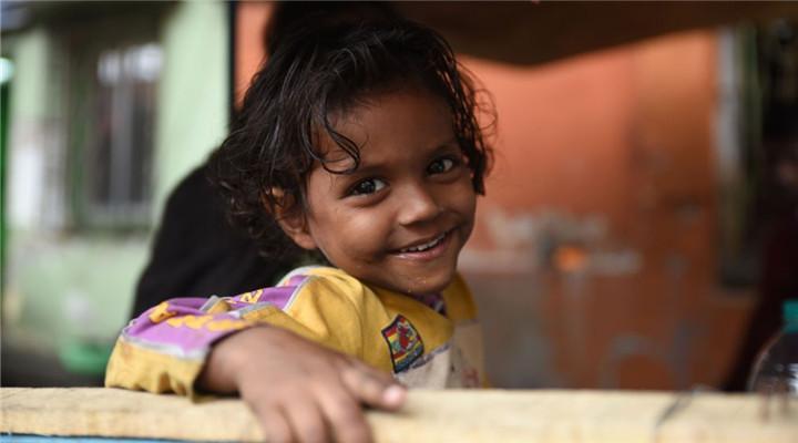 印度街头流浪儿童 窘境中依旧天真