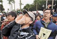 台湾大学师生上街抗议.jpg