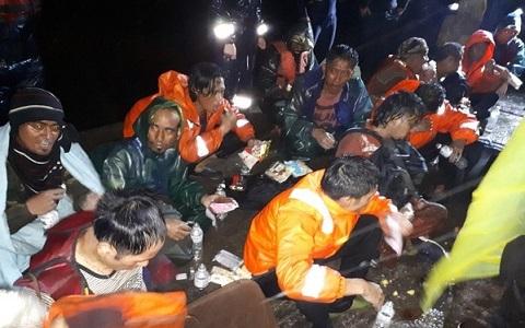 强风加暴雨两艘外籍油轮搁浅高雄外海 经营救已脱困