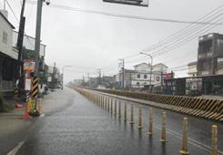 台湾屏东民众冒暴雨上班上课 网怒:根本就是拿命搏斗