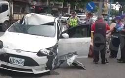 男子开车撞死人后在马路裸奔 逃跑时边脱衣边打路人.jpg