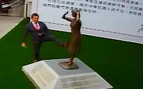 日本踹铜像.jpg