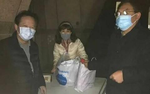血友病童母亲(中)10日凌晨拿到孩子救命药。.jpg