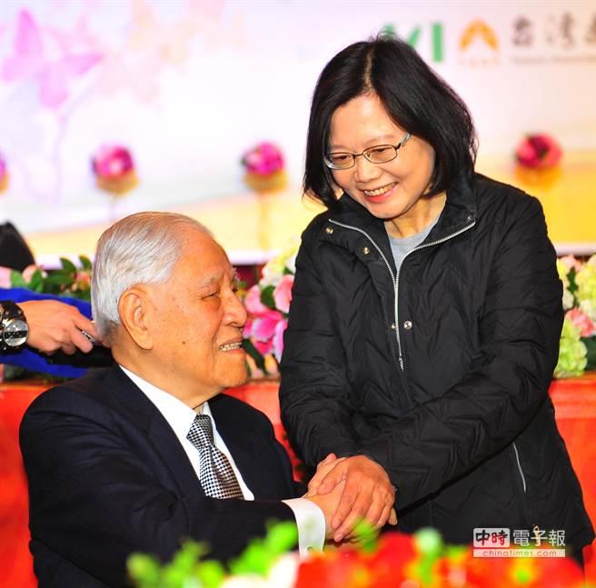 图为民进党主席蔡英文(右)出席活动,向前李登辉(左)致意
