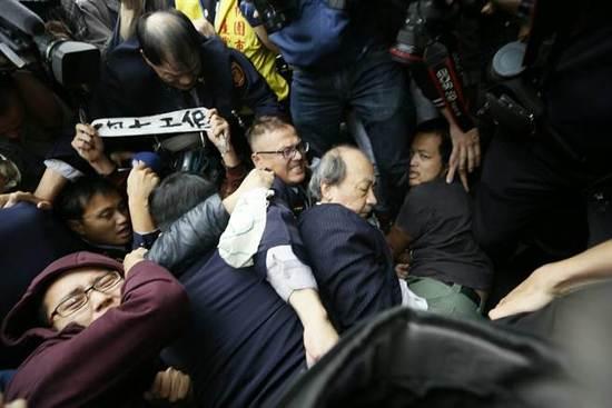 柯建铭被打。(图片来源:台湾《联合报》)