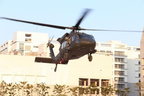 台湾陆军UH-60M型直升机降落台当局防务部门博爱营区。(图:台湾《联合报》)