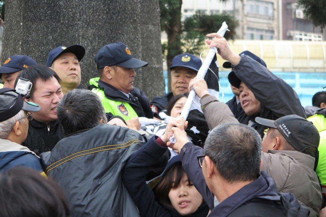 """""""台独""""社团强拆蒋介石铜像"""