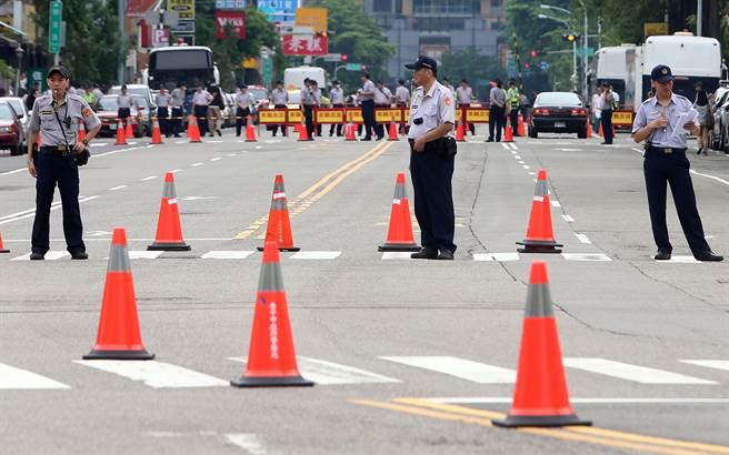 蔡英文出行为避抗议群众 两路口开外就设交通管制
