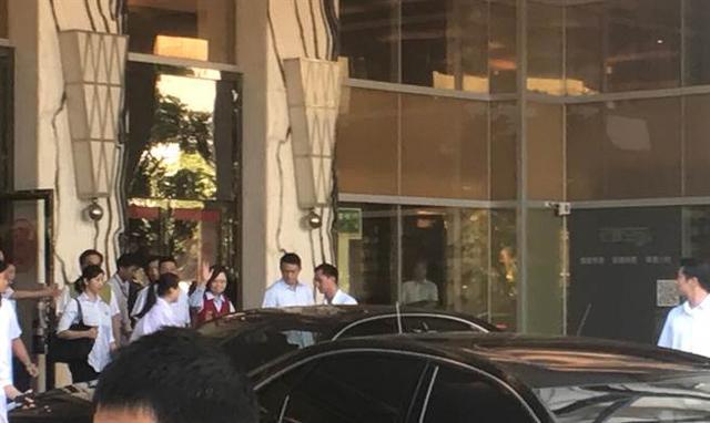 蔡英文躲抗议乘车逆行而逃 民众:老母猪别气死