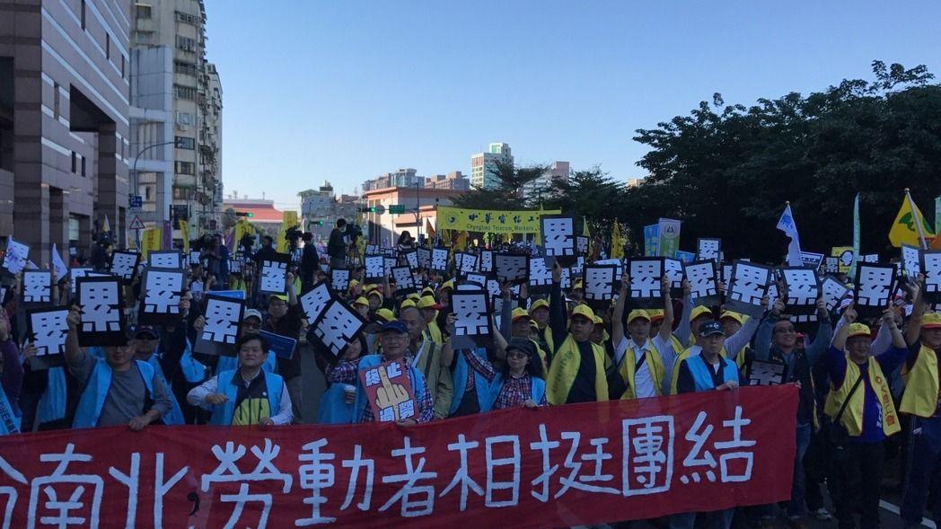 """台湾民众举行反""""劳基法""""修正案抗议大游行"""