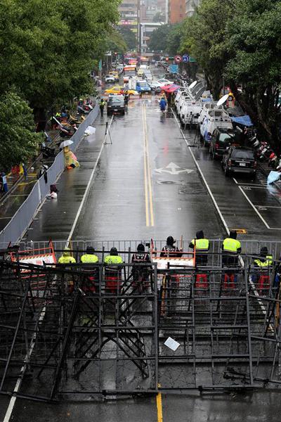 """反对""""劳基法""""修正案 台湾劳团""""立院""""外抗争爆冲突"""