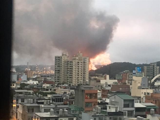 """台湾""""中油""""桃园炼油厂发生爆炸 火光烈焰冲天"""