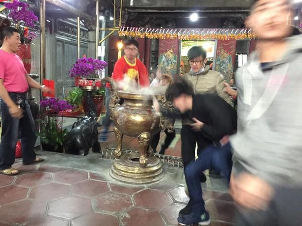 台湾民众除夕抢头香:场面混乱 撞断200公斤香炉