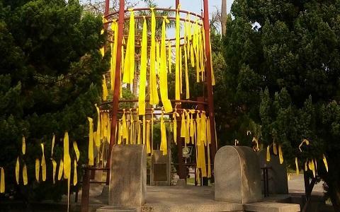 台湾大学傅钟周边绑满黄丝带:还我校长 别再卡了