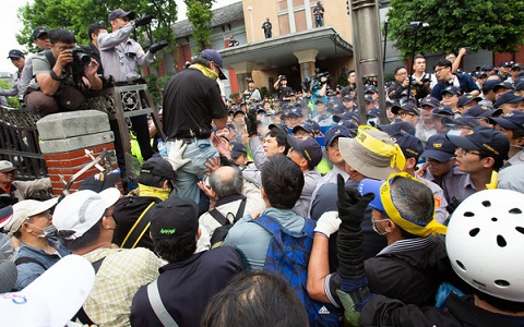 八百壮士成员断指! 副指挥吴斯怀斥蔡当局逼迫警察施暴