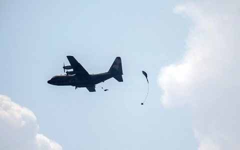 台军汉光演习出意外!伞兵伞具没开自由落体坠地命危