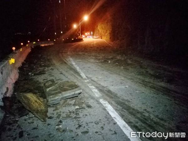 台苏花公路发生落石砸车事件 3车受损1人受伤