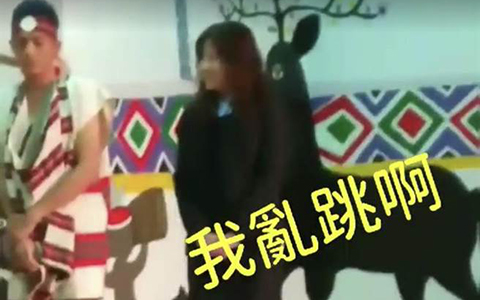 2.14醉酒女子乱入少数民族表演台媒1.jpg