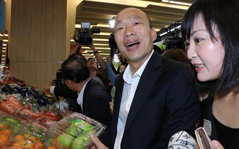 3.20韩国瑜卖水果中时1.jpg