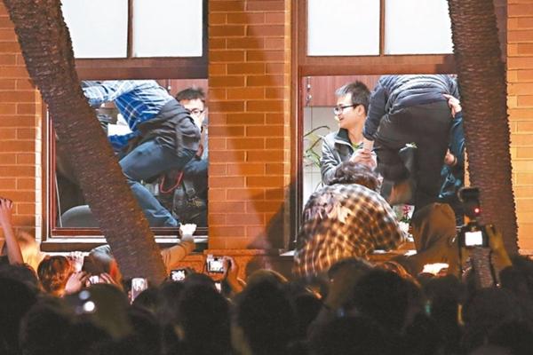 """河南快三app二维码—官方网址22270.COM警方将赔""""太阳花""""百余万 郝龙斌:暴力打砸还能赚钱?"""